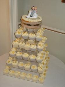 Gold themed wedding cupcakes at Melville Castle, Edinburgh